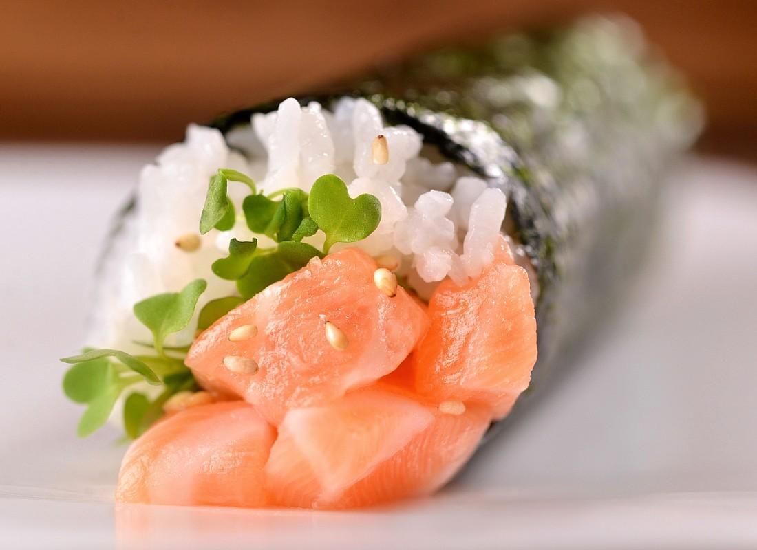 salmon hand roll at Hando