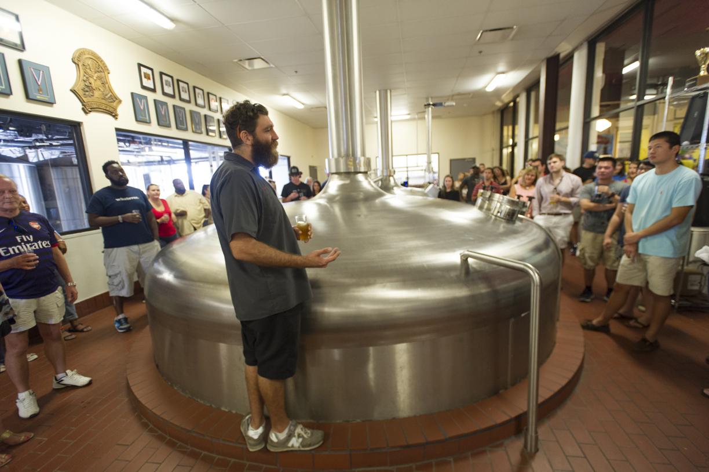 Un grupo de turistas en Saint Arnold Brewing Company